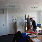 Zwischenzeitlich füllten fleißige Helfer in der Geschäftsstelle die Luftballons mit Helium. Foto: Ines Fischer