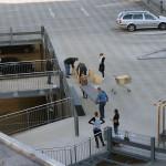Mitarbeiter und Mitarbeiterinnen trugen die Einzelteile der Bühne auf das Parkdeck. Bild: Ines Fischer