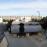 Aufbau der Bühne auf dem Parkdeck. Der Geschäftsführer packte selbst mit an. Bild: Ines Fischer