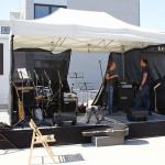 Aufbau des Equipments auf der Bühne, u. a. für die STARThilfe-Band. Bild: Ines Fischer