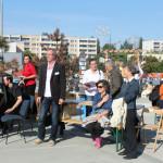 Die Gäste lauschen den Musikdarbietungen auf der Bühne. Ein Reporter der Berliner Woche informierte sich über die Veranstaltung. Den Artikel dazu finden Sie auf unserer Download-Seite. Foto: Tamara Helm